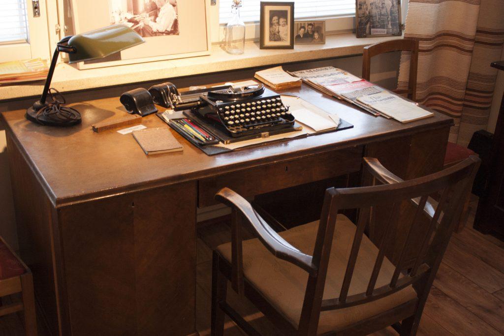Pentti Haapään työhuoneen kirjoituspöytä.